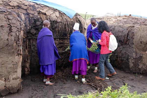 Construcción casa Maasai-Andorreando por el Mundo
