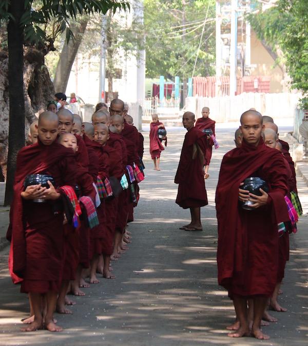 Monjes Monasterio Mahagandayon-Andorreando por el Mundo