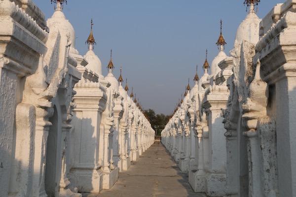 Pagoda Kuthodaw-Andorreando por el Mundo,