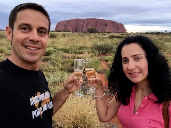 Monolito Uluru-Andorreando por el Mundo.
