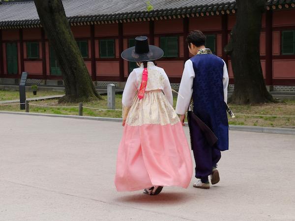 Pareja vestida Hanbok