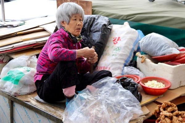 Coreana Trabajando Mercado Seomun