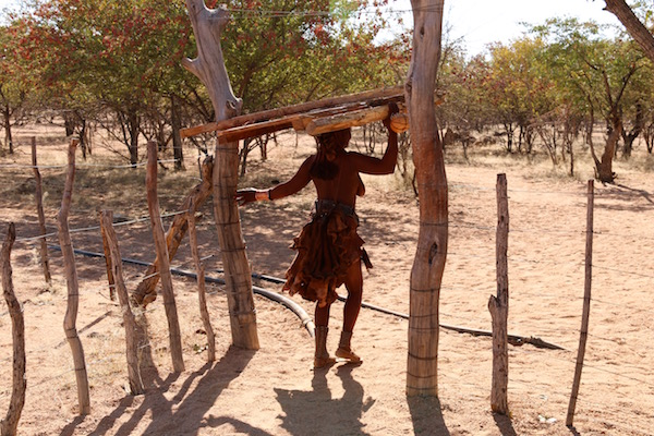 Mujer Himba Trabajando