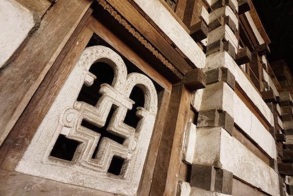 Detalles fachada iglesia Yemrehanna Kristos