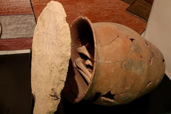 Enterramiento en doble urna de cerámica